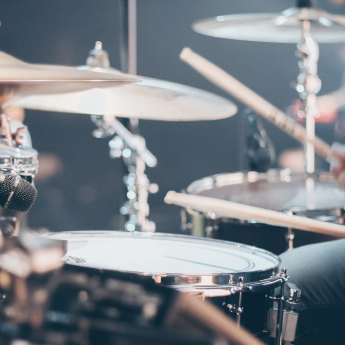 close-up-photo-of-drum-set-995301